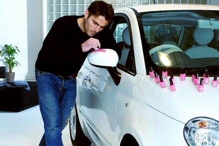 Maluje auto lakierem do paznokci