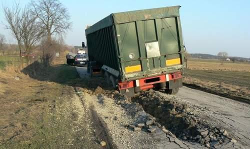 Zaorany asfalt przez TIR-y