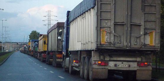 Kolejka ciężarówek w Bezledach