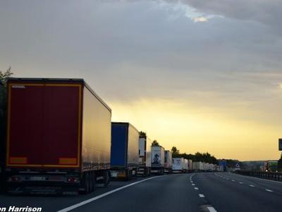 26 zdjęć wykonanych przy okazji blokady portu w Calais – tak wyglądało życie kierowców na M20