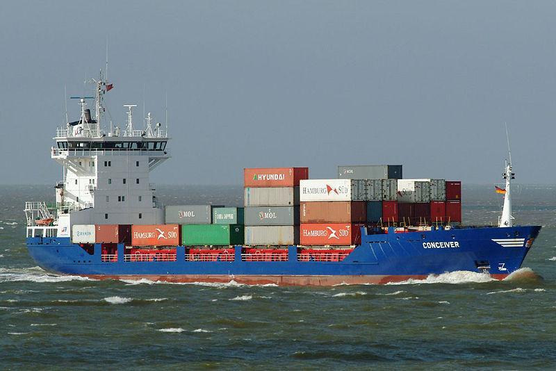 Przewrócony kontenerowiec na Morzu Karaibskim