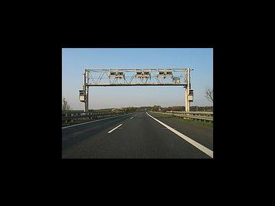 LKW fährt auf A4 in Mautbrücke