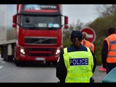 Французы жалуются, что не справляются с конкуренцией западных перевозчиков, а полиция засчитывает рабочее время другого водителя, как время вождения транспортного средства.