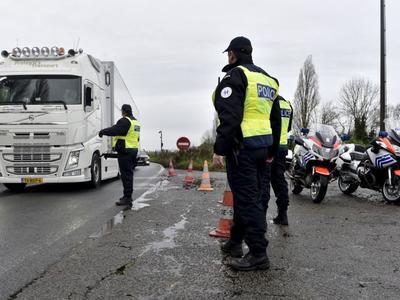 Prancūzija: Policija savaip interpretuoja ES įstatymą ir baudžia sunkvežimius su dviem vairuotojais