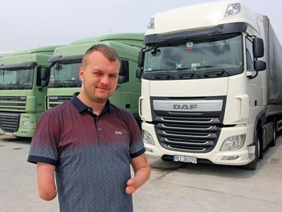 Cezary Kopičko gimęs be rankų nepalūžo ir siekė savo svajonės. Dabar jis vienas geriausių sunkvežimių vairuotojų Lenkijoje!