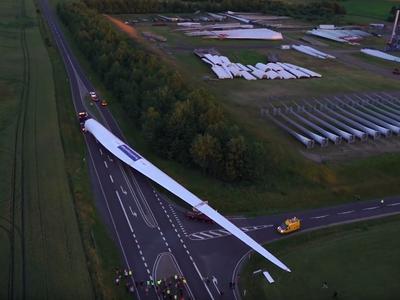 Комплект длиной почти 100 метров, который перевез самую большую в мире лопасть ветрогенератора