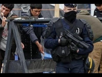 Dramatiški įvykiai Calais uoste: imigrantai atakuoja vairuotojus peiliais!