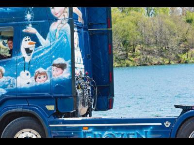 Un șofer de camion din Spania își decorează camionul pe placul fiicei lui