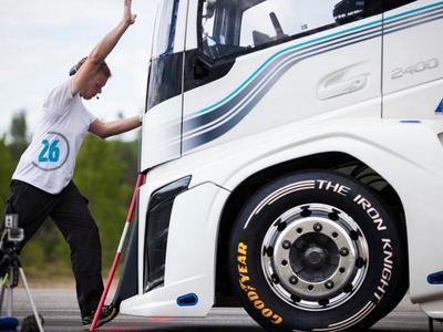 Два мировых рекорда побил Железный Рыцарь от Volvo! (видео)