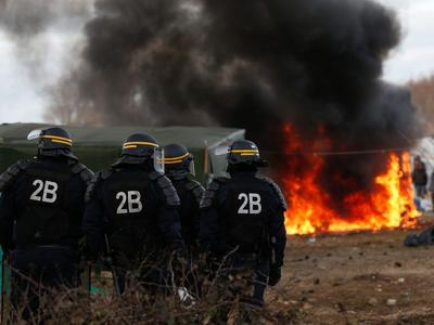 Kolejny atak na polską ciężarówkę w Calais. Uchodźcy zatrzymali auto i pocięli naczepę, aby wejść do środka