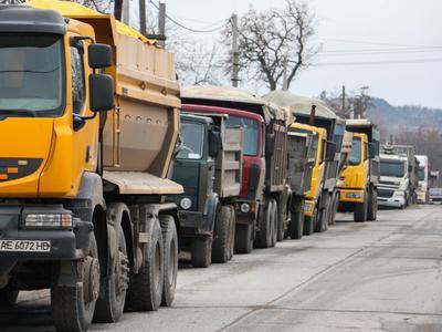 Украина:В Днепропетровской области водители грузовиков перекрыли дорогу