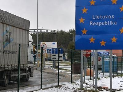 Фуры стоят по 20 часов на границе Литвы и Беларуси ради дешевого бензина