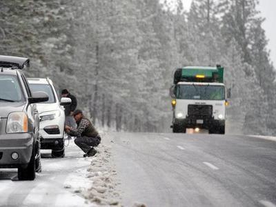 Drumuri blocate de nămeți, în continuare