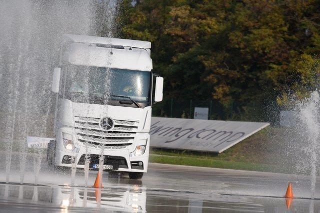 Migránskereső ügyességi feladat is volt a rendőrség kamionsofőr-versenyén