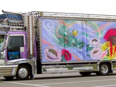 Zobacz świetlne ciężarówki z Japonii. Jeździłbyś takimi?