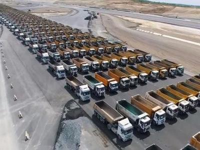 1453 грузовых автомобиля на площадке аэропорта, или как празднуют в Стамбуле