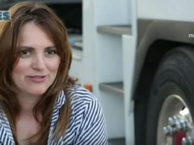 """""""Материнство – это лучшее, что выпало на мою долю"""". История матери и водителя автомобиля, которая за рулём 40-тонного грузовика воспитала двоих детей."""