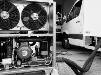 Грузовик, охлаждаемый замороженными вкладышами с гелем, или нечто вроде туристического холодильника на колёсах