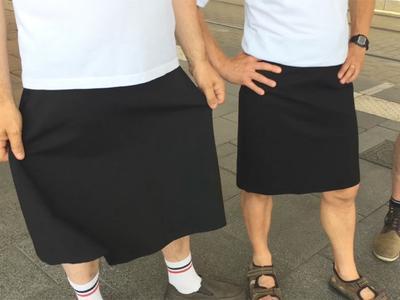 Во Франции водители автобусов вышли на работу в юбках после того, как им запретили носить шорты