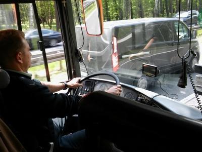 Nieoczekiwana zamiana miejsc. Inspektor ITD zastąpił kierowcę autobusu i zawiózł dzieci do muzeum