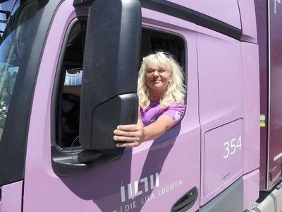 Симпатичная блондинка за рулем 40-тонного грузовика. «Водители грузовиков – одна большая семья»