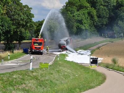 Германия: Водитель грузовика сохранил спокойствие и предотвратил трагедию. Ехал горящей цистерной через баварский город