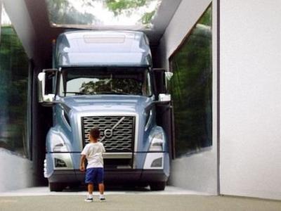 Вот так подарок: трехлетний малыш распаковал коробку с грузовиком Volvo. Настоящим!
