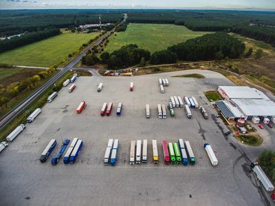 Niemcy: Algorytm pomoże w walce z brakiem miejsc na parkingach dla ciężarówek
