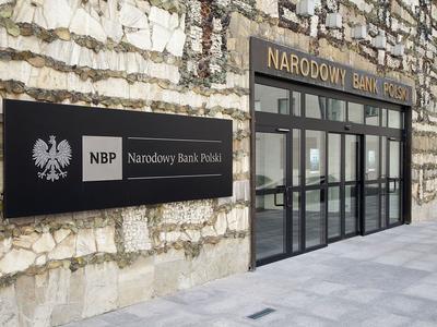 Raport NBP: Polska gospodarka rozwija się w sposób zrównoważony i w najbliższym czasie nie widać dla niej zagrożeń