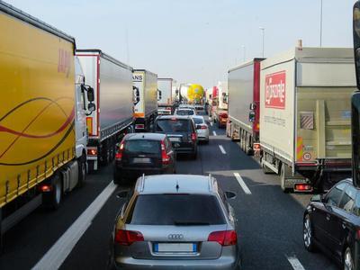 Poważny wypadek ciężarówek na autostradzie A4. Utrudnienia przy granicy z Niemcami