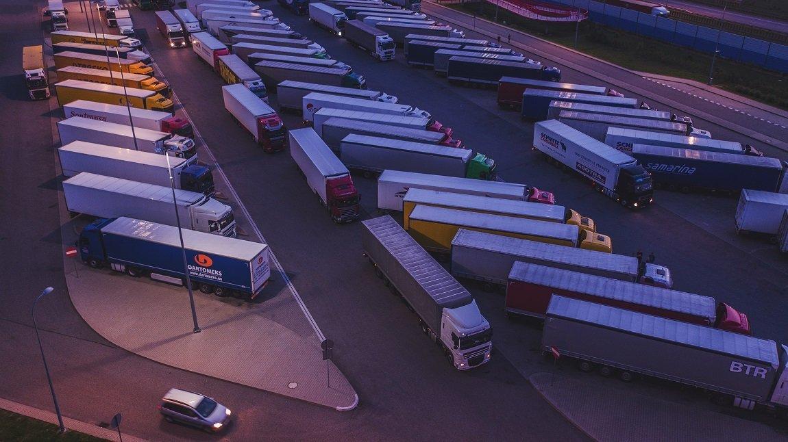 Kierowco, nie zawracaj głowy spedytorowi – miejsca parkingowe na trasie znajdziesz sobie sam