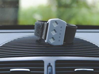 Устройство для пробуждения водителей, накладываемое на руку и генерирующее легкие электрические импульсы