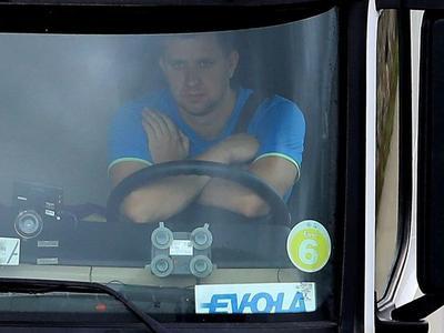 Британцы публикуют фотографии водителей грузовиков, которые не держат руль двумя руками