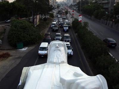 Эффектный транспорт 40-тонного колосса через Бейрут