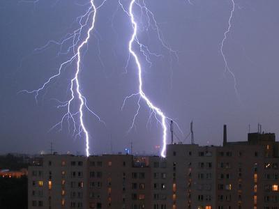Jak kierowca powinien zachować się podczas burzy?