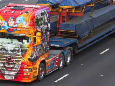 Szkocki kierowca wydał 300 000 funtów na pokrycie ciężarówki wizerunkami superbohaterów. Było warto?