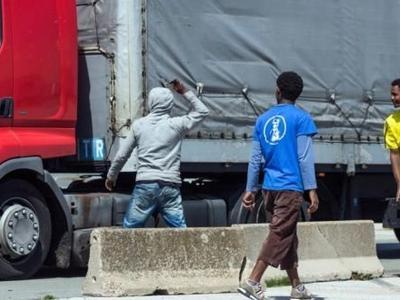 Водители, будьте осторожны: большая группа мигрантов напала в Бельгии на грузовик, повредив грузовые автомобили и избив водителей