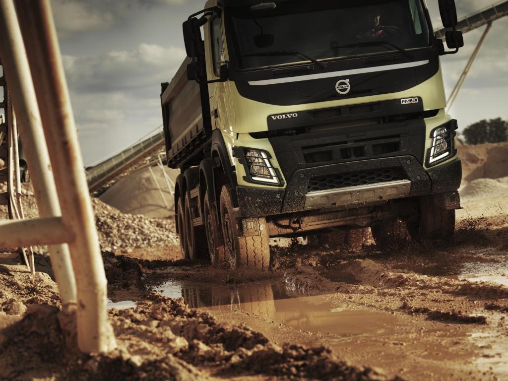 Setki pojazdów ciężarowych pomagają w budowie największego lotniska na świecie