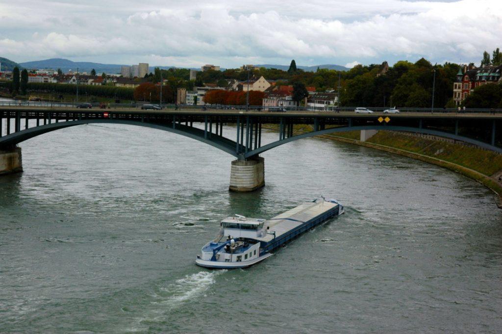 Ciężarówki w Polsce popłyną barkami po rzekach?