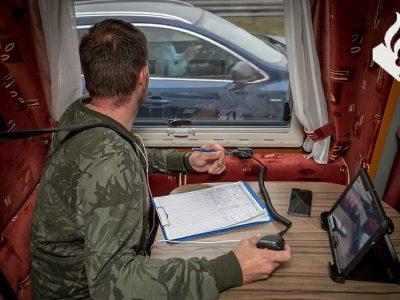 Holenderscy policjanci prowadzili kontrole z… kampera. Złapali ponad 300 kierowców korzystających z telefonów
