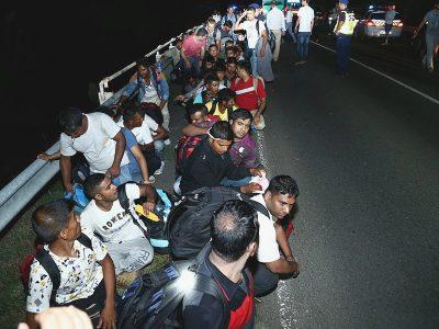 Pirma, Kalė, dabar Kanas. Apsiginklavę peiliais pabėgėliai barikaduoja kelius norėdami patekti į sunkvežimį