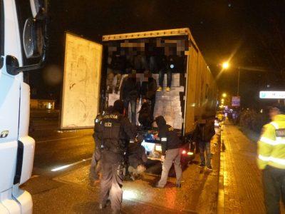 Migranten brechen schon drei Stunden Fahrt vor Calais in Lastwagen ein, die in Richtung der Britischen Inseln fahren