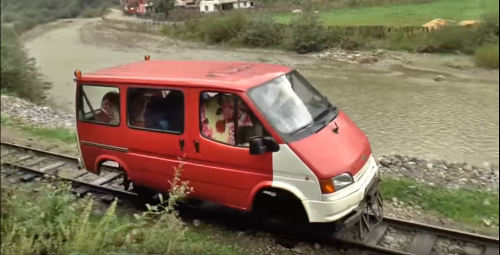 """Stary Ford Transit i jego """"drugie życie"""" na torach"""