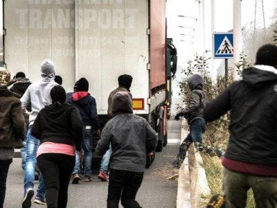 Die Belgier verbieten den LKWs vorübergehend, auf Parkplätzen anzuhalten. Auf diese Weise wollen sie das Problem mit Einwanderern lösen