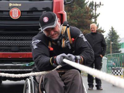 Vilkiko tempimas su neįgaliojo vežimėliu – 44 metų čekas nustatė naują 2,52 metrų rekordą (video)