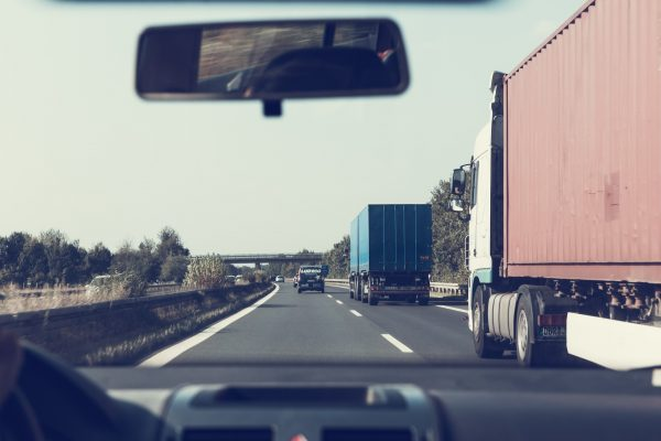 Az EU felülvizsgálja a Mobilitási Csomagot – tényleg növekszik a CO2 kibocsátás a szabályozás miatt