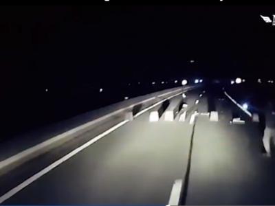 Menekültek próbáltak megállítani egy kamiont Calaisnál – videóval!