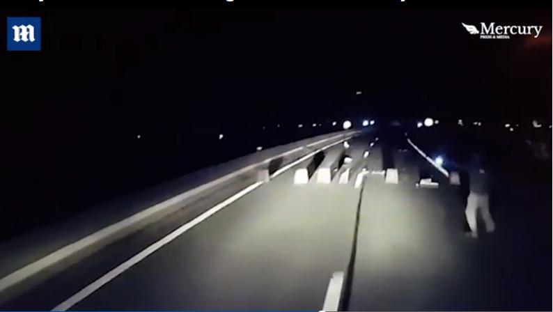 Kierowca przejechał przez blokadę ustawioną przez imigrantów