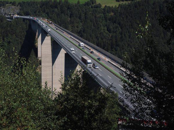 Brenner-Autobahn-Plan zur Kontrolle der LKW-Geschwindigkeiten durch eingebautes Smart-System