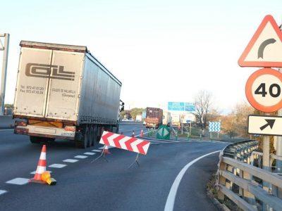 Проколотые шины в 43 грузовиках – кто-то делал это намеренно, разбрасывая металл на автомагистрали
